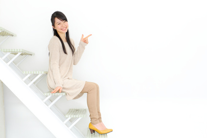 階段に座る女の子