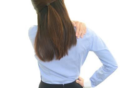 肩こりを訴える女性